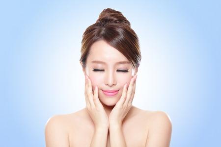 limpieza de cutis: Cerca de la atractiva mujer de cara Cuidado de la piel relajar los ojos cerrados con fondo azul, belleza asiática Foto de archivo