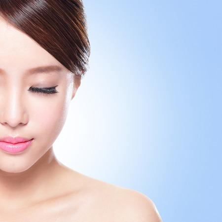 closed eyes: close-up van aantrekkelijke Huidverzorging vrouw gezicht ontspannen gesloten ogen met blauwe achtergrond, Aziatische schoonheid Stockfoto