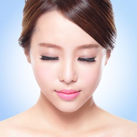close-up van aantrekkelijke Huidverzorging vrouw gezicht ontspannen met gesloten ogen blauw