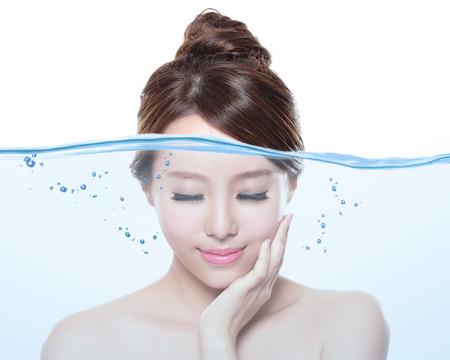 Portrait de belle femme avec une peau propre jeunes sous le concept de l'eau, les soins de la peau et hydratant, asiatique
