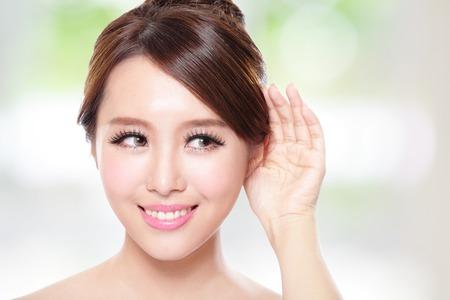 mujer atractiva con piel de salud y de los dientes, ella se habla encantado con la naturaleza de fondo verde, asiático