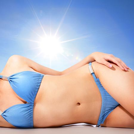 deitado: Corpo atraente jovem na praia com sol