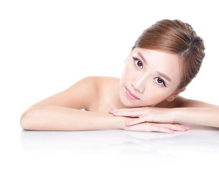 mujeres elegantes: Cara hermosa cuidado de la piel belleza de la mujer que se acuesta con la reflexi�n del espejo aisladas sobre fondo blanco. asi�tica modelo de belleza