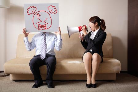 enojo: Lucha pareja con una mujer gritando en un megáfono a un hombre, el concepto de la vida verdadero matrimonio