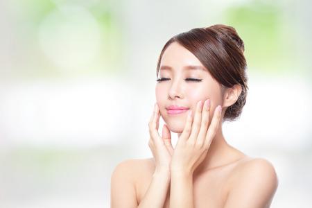 가까운 매력적인 여자 얼굴의 최대 자연 녹색 배경에, 아시아의 아름다움을 눈을 감고 휴식