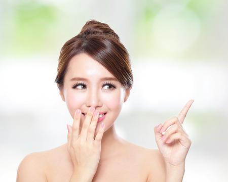 dedo: mujer atractiva con piel de salud y de los dientes, ella se habla encantado con la naturaleza de fondo verde, asi�tico Foto de archivo