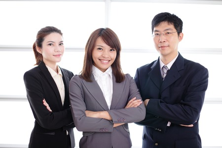 gerente: Grupo de hombres de negocios de éxito en la oficina que, asiático