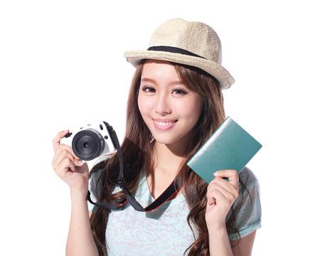Szczęśliwa kobieta turysta trzyma aparat i paszport na białym tle, asian