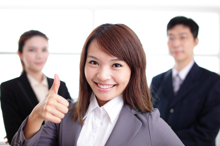 personas trabajando en oficina: Grupo de hombres de negocios de �xito en la oficina que, asi�tico