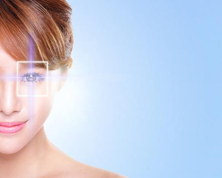 가상 그녀의 눈에 홀로그램, 레이저 의학 및 보안 기술 개념, 아시아와 젊고 아름다운 여자가 눈의 초상화를 닫습니다