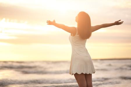 felicidad: Sonrisa Libertad y felicidad mujer en la playa. Ella está disfrutando de la naturaleza sereno océano durante las vacaciones de viaje de vacaciones al aire libre. belleza asiática