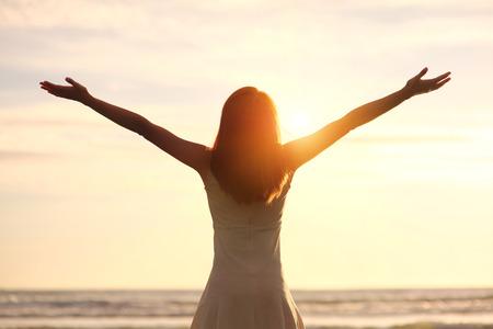 personne heureuse: Sourire libert� et le bonheur femme sur la plage. Elle aime l'oc�an serein nature pendant les vacances de voyage de vacances en plein air. la beaut� asiatique