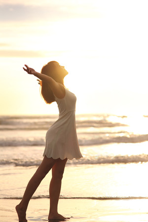 Lächeln Freiheit und Glück Frau am Strand. Sie ist während der Fahrt Urlaub Urlaub genießen ruhige Meer Natur im Freien. asiatische Schönheit