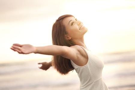 libertad: Sonrisa Libertad y felicidad mujer en la playa. Ella est� disfrutando de la naturaleza sereno oc�ano durante las vacaciones de viaje de vacaciones al aire libre. belleza asi�tica
