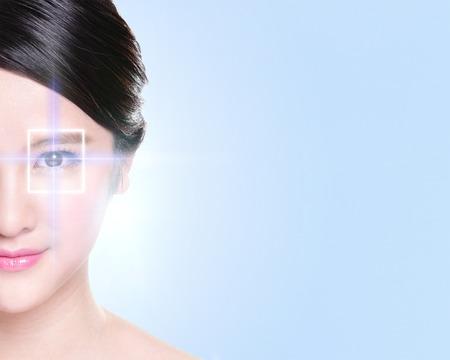 schöne augen: Close up Portrait der jungen und schönen Frau Auge mit der virtuellen Hologramm auf ihre Augen, Lasermedizin und Sicherheitstechnik-Konzept, asiatisch