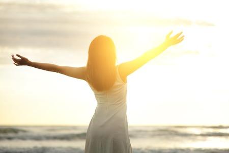 Smile Vrijheid en geluk vrouw op strand. Ze is genieten van serene oceaan natuur tijdens vakantiereizen vakantie buitenshuis. Aziatische schoonheid Stockfoto