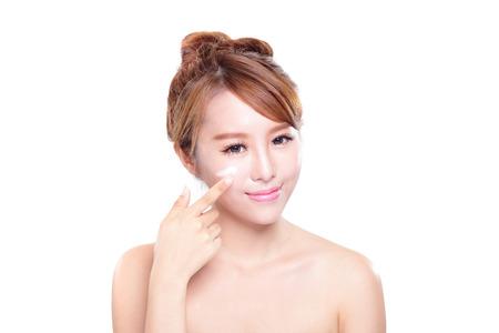 limpieza de cutis: Retrato de una mujer joven de aplicar la crema hidratante en la cara bonita aislados en fondo blanco, belleza asiática Foto de archivo