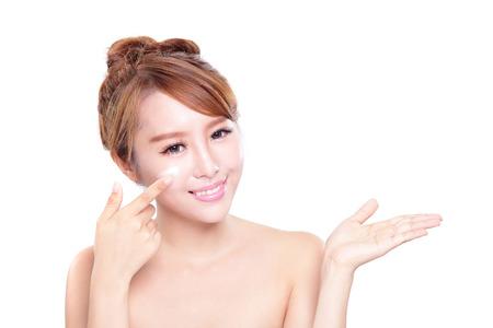 jeune fille: Portrait de jeune femme d'appliquer la cr�me hydratante sur son joli visage isol� sur fond blanc, de la beaut� asiatique