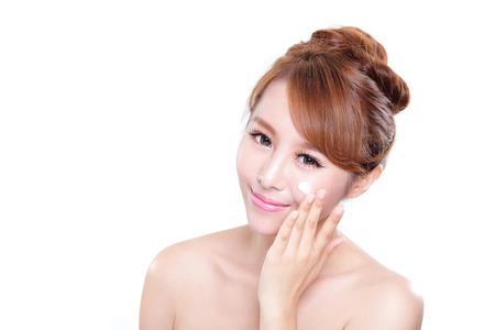 mujer maquillandose: Retrato de una mujer joven de aplicar la crema hidratante en la cara bonita aislados en fondo blanco, belleza asi�tica Foto de archivo