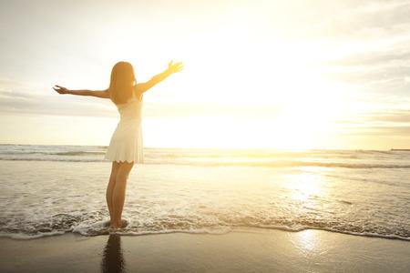 happy holidays: Lach Vrijheid en geluk vrouw op strand. Ze genieten serene oceaan, natuur, tijdens vakantiereizen vakantie buiten. Aziatische schoonheid Stockfoto