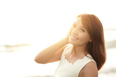 Sonrisa Libertad y felicidad mujer en la playa. Ella está disfrutando de la naturaleza sereno océano durante las vacaciones de viaje de vacaciones al aire libre. belleza asiática