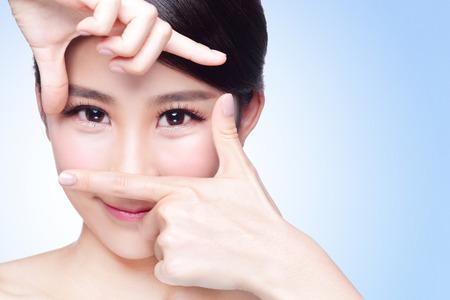 Gezicht vrouw en oogzorg en ze maken frame met handen, Aziatische schoonheid