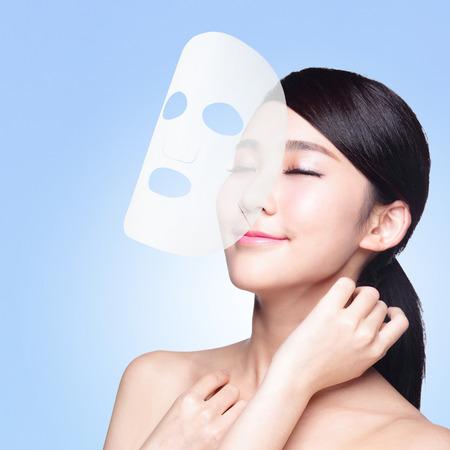 파란색 배경에 고립 천 페이셜 마스크, 스킨 케어 및 수분에 대한 개념, 아시아 아름다움 젊은 여자와 휴식