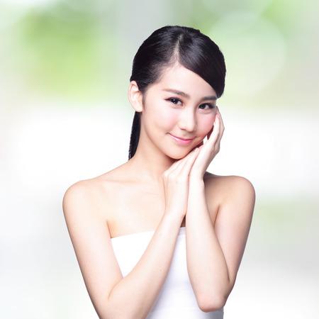 nature green: Hermosa mujer cuidado de la piel de la cara la sonrisa a usted con la naturaleza de fondo verde. Belleza asi�tica