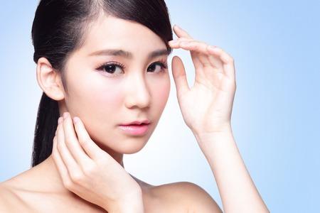 piel humana: Hermosa mujer cuidado de la piel aislado sobre fondo azul. Belleza asiática