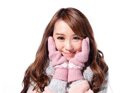 젊은 아름 다운 여자 겨울 옷을 입고 흰색 배경에 고립, 아시아 아름다움