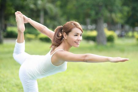 mujer alegre: Chica deporte joven hacer yoga en el parque, belleza asi�tica mujer