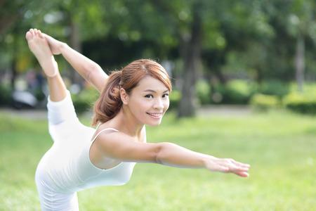 fit on: Chica deporte joven hacer yoga en el parque, belleza asi�tica mujer
