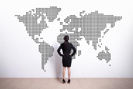 mapa china: Volver la vista de mujer de negocios de mirada mapa del mundo, asi�tico