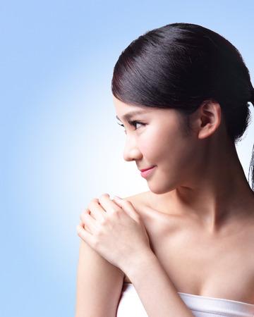 visage femme profil: Belle femme de soins de la peau isolé sur fond bleu. Beauté asiatique