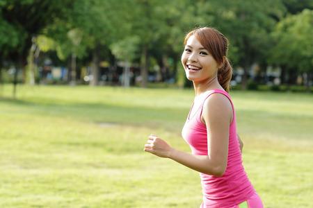 アジア民族のスポーツ フィットネス モデル、公園で走っている女性をジョギング