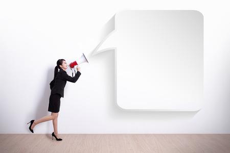 Geschäftsfrau, die im Megaphon mit Blase Rede, ideal für Ihr Design oder Text, asiatisch
