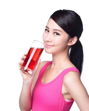 jugos: Jugo de bebida de la mujer feliz joven (arándano rojo) aislado en fondo blanco, asiático