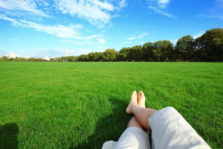 맨발 휴식 녹색 잔디에서 자연을 즐길 수