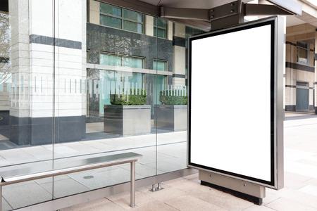 bus anglais: Blank billboard � l'arr�t de bus, grand espace de copie pour votre conception, tourn� � Londres, Royaume-Uni, Royaume-Uni Banque d'images