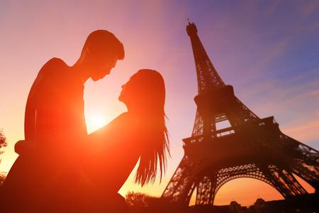 amantes: silueta de los amantes rom�nticos con la torre Eiffel en Par�s con la puesta del sol