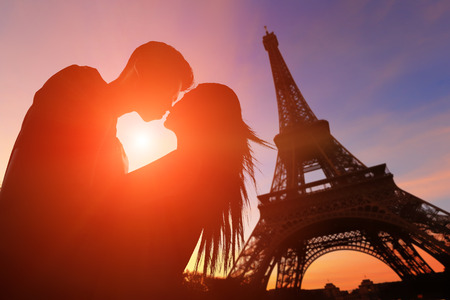 mujer enamorada: silueta de los amantes rom�nticos con la torre Eiffel en Par�s con la puesta del sol
