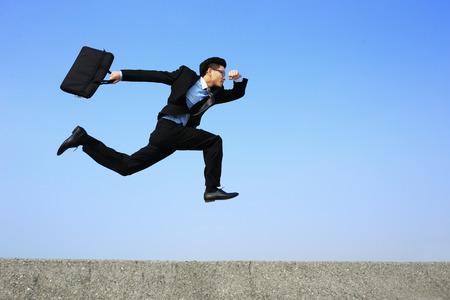 business man loopt met blauwe hemel achtergrond, volle lengte, Aziatische mannen Stockfoto
