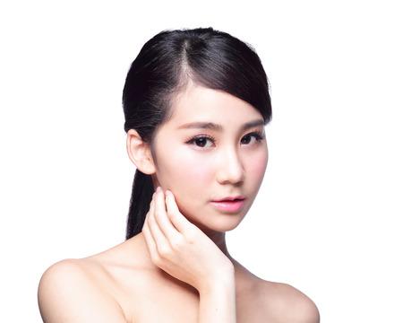 mujer alegre: Cuidado de piel hermoso mujer de la cara aislada en el fondo blanco. Belleza asi�tica