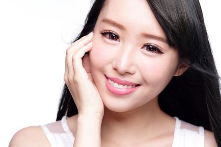 schöne augen: Beauty Hautpflege-Konzept, Schöne Frau, Lächeln Gesicht mit Gesundheit Zähne und Haare isoliert auf weißem Hintergrund, asiatische Lizenzfreie Bilder