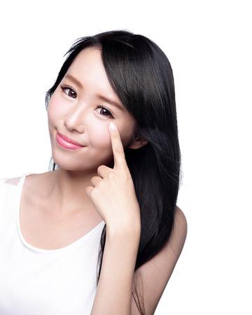 아름 다운 여자는 건강 긴 직선 머리, 아시아 아름다움 모델로 그녀의 눈을 가리키는 미소 스톡 콘텐츠