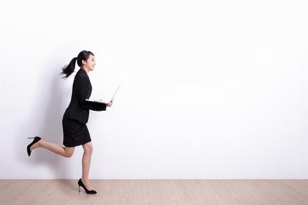 Succesvolle zakenvrouw die laptop computer met witte muurachtergrond heeft, ideaal voor uw ontwerp of tekst, Aziatisch