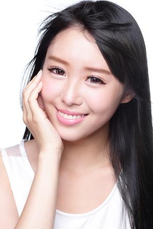 Beauty Hautpflege-Konzept, Schöne Frau, Lächeln Gesicht mit Gesundheit Zähne und Haare isoliert auf weißem Hintergrund, asiatische Standard-Bild