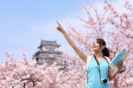 cerezos en flor: Viajero de la mujer feliz disfrutar de la vista con flores de cerezo sakura �rbol y el castillo de vacaciones mientras la primavera en jap�n, asi�tico