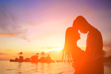 pareja enamorada: silueta de los amantes rom�nticos abrazo con el mar oc�ano y hermoso atardecer en Boracay, Filipinas