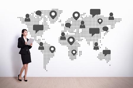 mapa china: Global Social Media y el concepto de Cloud Computing - mujer de negocios que usa el ordenador digital de Tablet PC